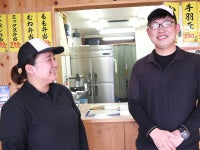 左が2018年入社の女性社員、右が一緒に働くバイトさん